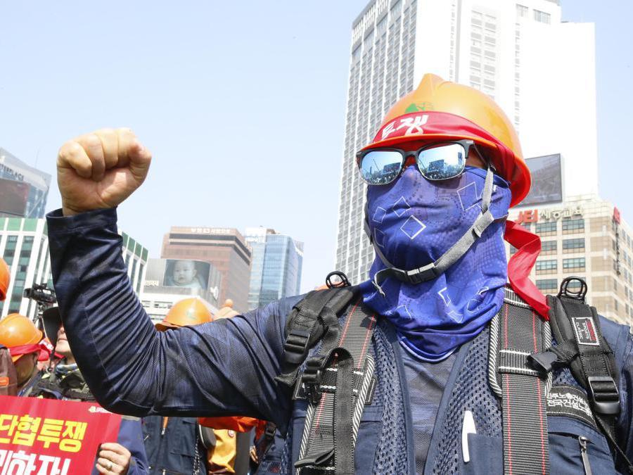 Un manifestante della Confederazione dei Sindacati della Corea del Sud (KCTU) mostra un pugno alzato durante un Labour Day a Seoul, Corea del Sud. Circa 30.000 manifestanti si sono riuniti per manifestare riforme del lavoro e migliori condizioni di lavoro.  EPA/KIM HEE-CHUL