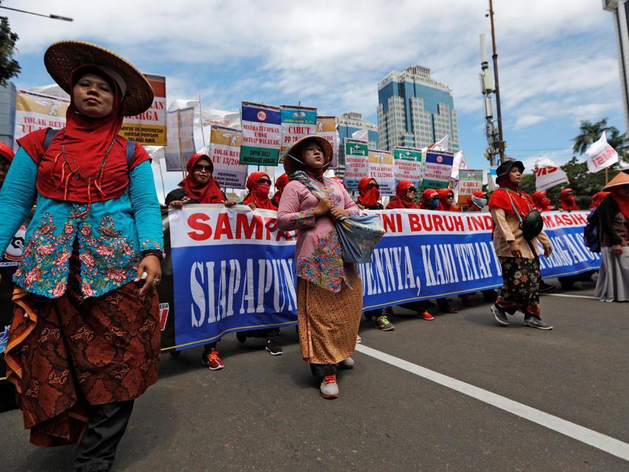Lavoratori indonesiani marciano mentre protestano durante un raduno del Primo Maggio vicino al Monumento Nazionale (Monas) a Giacarta, Indonesia. REUTERS/Willy Kurniawan