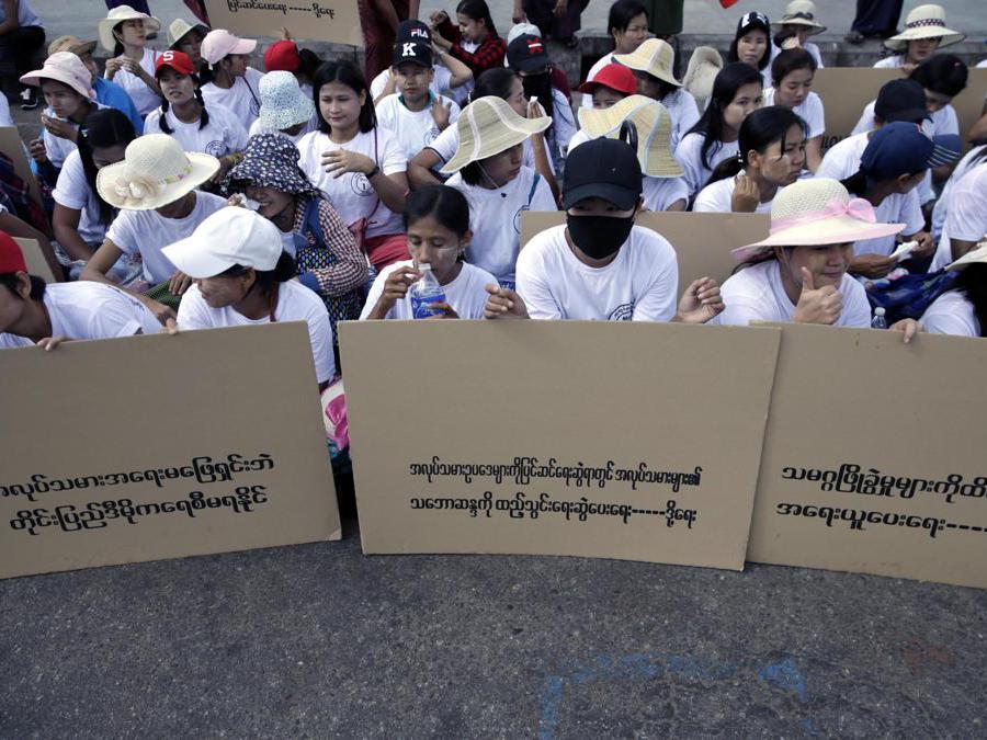 I lavoratori tengono cartelli durante una protesta per chiedere migliori diritti sul lavoro nella giornata dei lavoratori a Yangon, Myanmar. EPA/LYNN BO BO