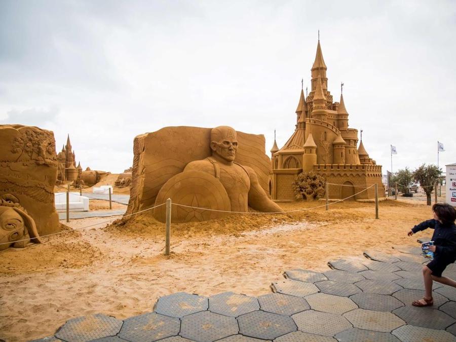 Sculture di sabbia che rappresentano personaggi e scene di film Disney durante una mostra Disney Sand Magic a Ostend, Belgio. (Afp)