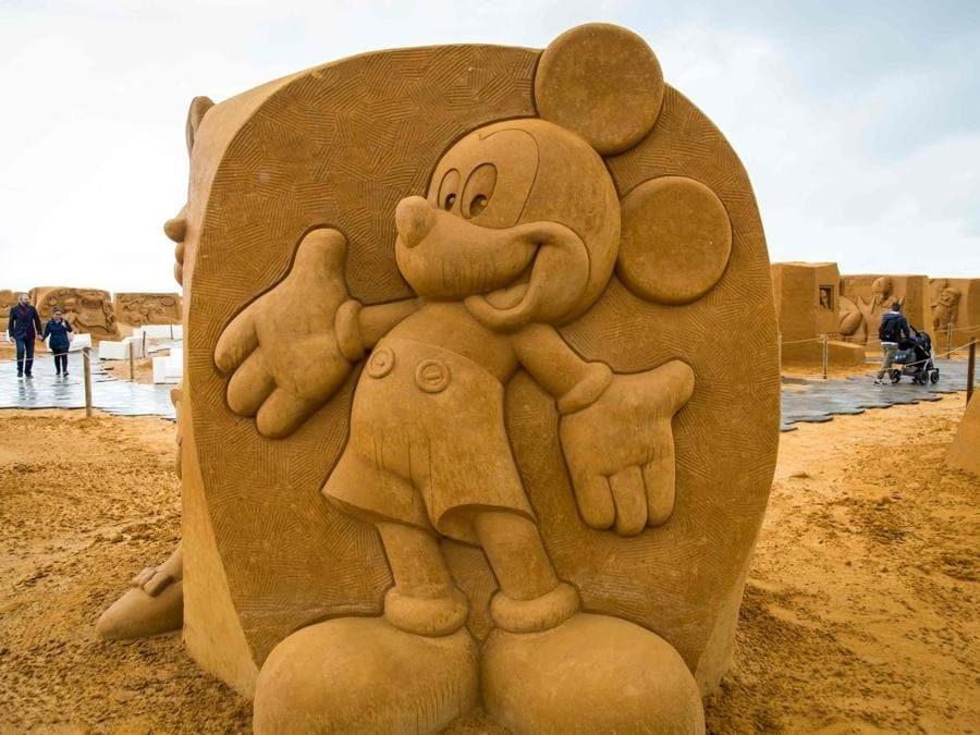 Scultura di sabbia che rappresenta Topolino. (Afp)