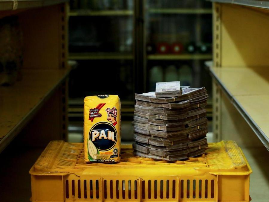 Caracas, circa 2.500.000 bolivar per un chilo di farina (Reuters)