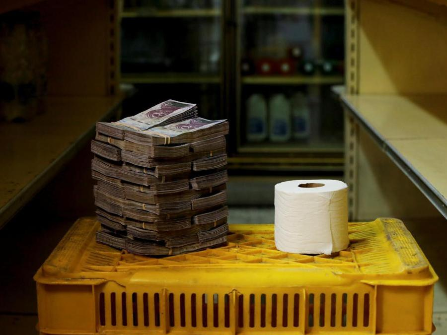 Caracas, circa 2.600.000 bolivar per un rotolo di carta igienica (Reuters)