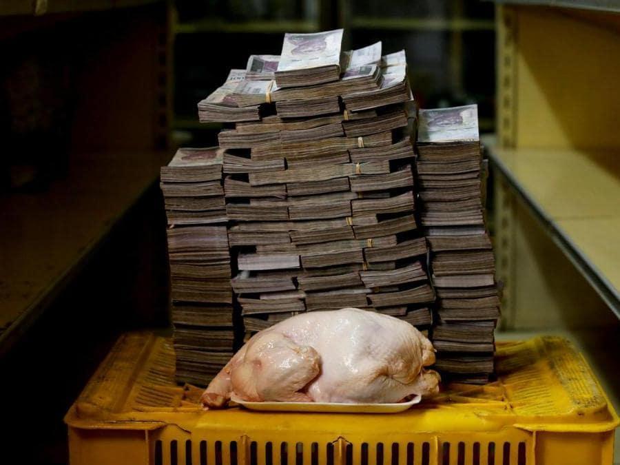 Caracas, per un pollo di 2,4 kg occorrono circa  14.600.000 bolivar(Reuters)