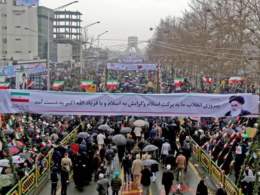 Gli iraniani marciano verso piazza Azadi (Libertà) durante una cerimonia che celebra il 40 ° anniversario della rivoluzione islamica nella capitale Teheran (Afp)