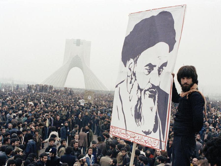 Foto del 1978, manifestanti iraniani manifestano contro Shah Mohammad Reza Pahlavi a Teheran, in Iran. Quarant'anni fa, lo shah del governo iraniano lasciò la sua nazione per l'ultima volta e una rivoluzione islamica rovesciò le vestigia del suo governo ad interim. (Afp)