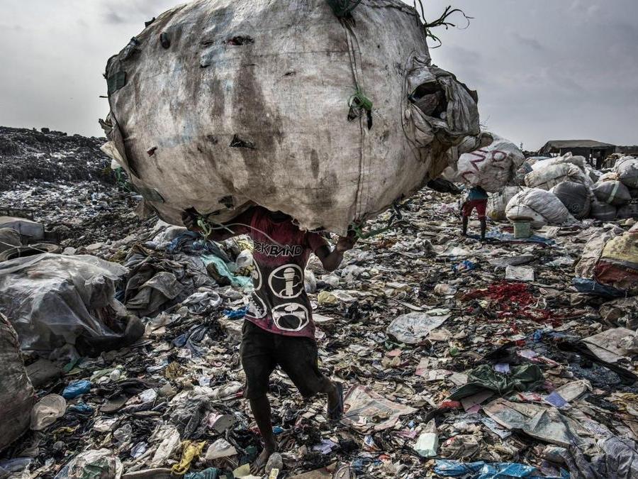 """Il fotografo  Kadir van Lohuizen vince il primo premio  categoria """"Environment - Stories"""" un uomo con sulle spalle un composto di bottiglie di plastica che verranno riciclate. Lagos, Nigeria, 21 gennaio 2017 EPA/KADIR VAN LOHUIZEN / NOOR IMAGES"""