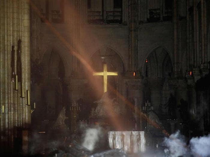 Notre-Dame: le fiamme, i soccorsi e le prime immagini dell'interno