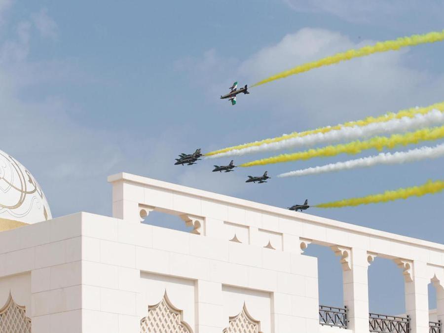 Gli aerei degli Emirati Arabi Uniti di Al Fursan si esibiscono nel palazzo presidenziale con scie di colore giallo e bianco, colori della bandiera del Vaticano, durante la cerimonia ufficiale di benvenuto di Papa Francesco. Abu Dhabi, Emirati Arabi Uniti. EPA/ALI HAIDER