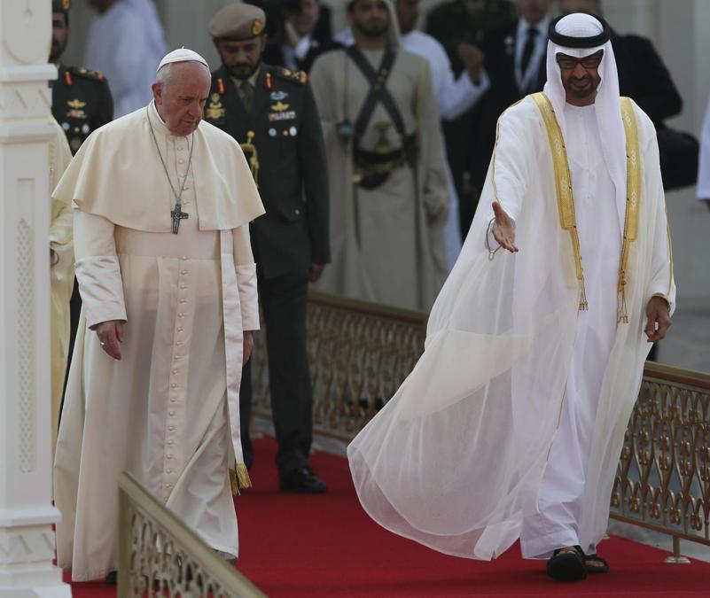 Papa Francesco viene accolto dal principe ereditario di Abu Dhabi e vicecomandante supremo delle forze armate degli Emirati Arabi Uniti, lo sceicco Mohammed bin Zayed Al Nahyan,  nel palazzo presidenziale di Abu Dhabi. (AP Photo/Kamran Jebreili)