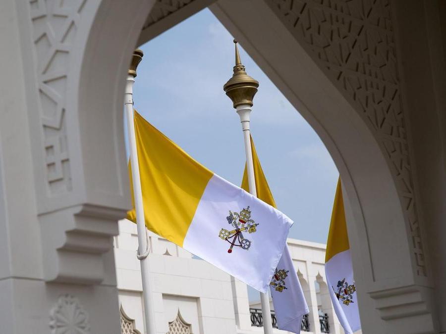 La bandiera vaticana si erge come benvenuto per la visita di papa Francesco. ANSA/LUCA ZENNARO