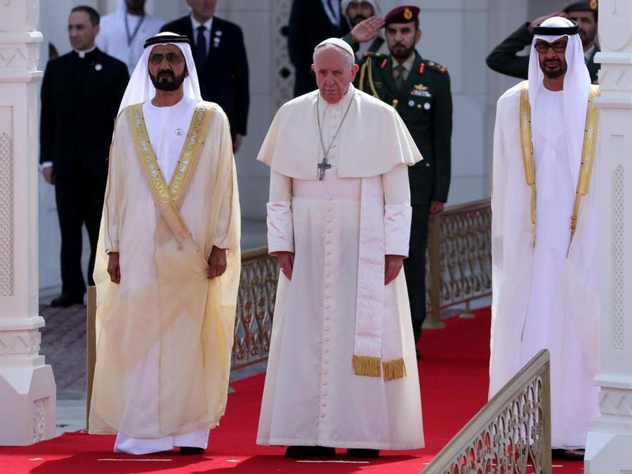 Papa Francesco accanto al vicepresidente degli Emirati Arabi Uniti e sovrano di Dubai, lo sceicco Mohammed bin Rashid al-Maktoum, e il principe ereditario di Abu Dhabi, Mohammed bin Zayed Al-Nahyan. REUTERS/Tony Gentile