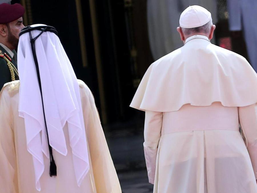 Papa Francesco e il vicepresidente degli Emirati Arabi Uniti e sovrano di Dubai Sheikh Mohammed bin Rashid al-Maktoum . REUTERS/Tony Gentile