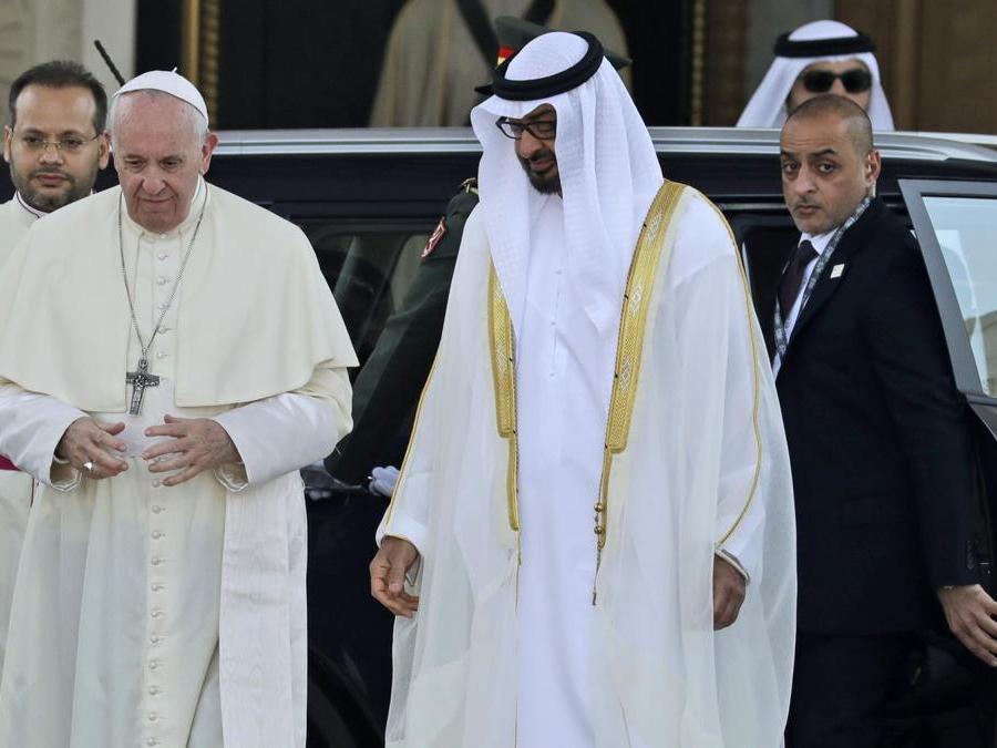 Papa Francesco è accolto dal principe ereditario lo sceicco Mohammed bin Zayed Al Nahyan, a destra. (AP Photo/Andrew Medichini)
