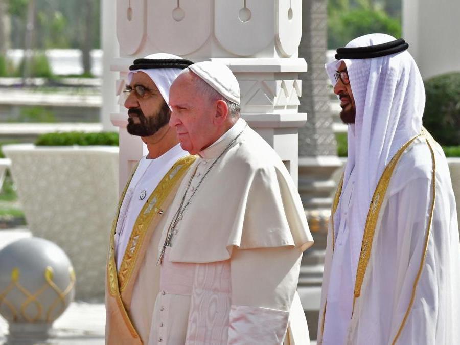Papa Francesco è accolto dal sovrano di Dubai lo sceicco  Mohammed bin Rashid Al-Maktoum (sinistra) e dal principe ereditario di Abu Dhabi Mohammed bin Zayed al-Nahyan (destra). (Photo by Giuseppe CACACE / AFP)