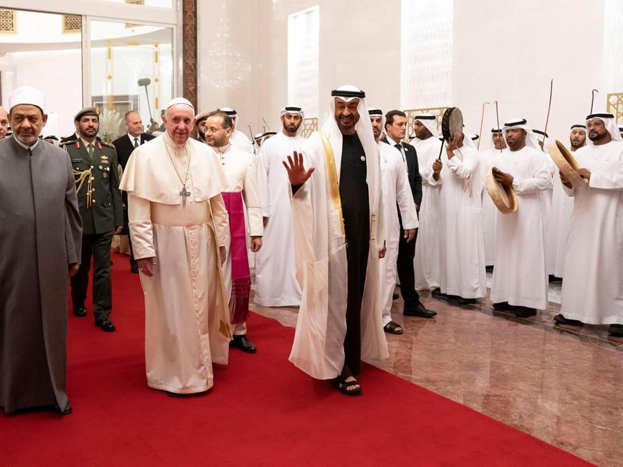 Papa Francesco  è accolto dal principe ereditario di Abu Dhabi, Mohammed bin Zayed Al-Nahyan e dallo sceicco Ahmed Mohamed el-Tayeb, l'imam egiziano della moschea al-Azhar, al suo arrivo all'aeroporto internazionale di Abu Dhabi . (Reuters)