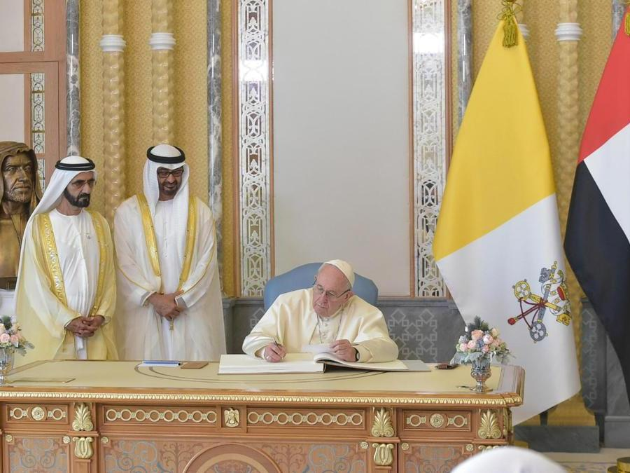 Papa Francesco incontra il vicepresidente degli Emirati Arabi Uniti e sovrano di Dubai, lo sceicco Mohammed bin Rashid al-Maktoum, e il principe ereditario di Abu Dhabi, Mohammed bin Zayed Al-Nahyan, durante una cerimonia di benvenuto presso il palazzo presidenziale ad Abu Dhabi. (Reuters)