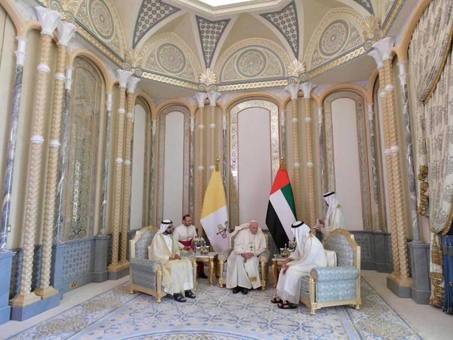 Papa Francesco incontra il vicepresidente degli Emirati Arabi Uniti e sovrano di Dubai, lo sceicco Mohammed bin Rashid al-Maktoum, e il principe ereditario di Abu Dhabi, Mohammed bin Zayed Al-Nahyan. (Reuters)