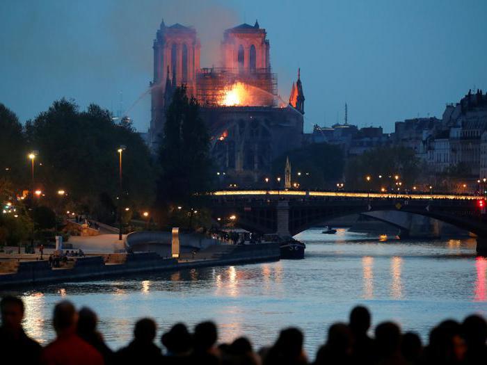 Parigi, a fuoco la cattedrale di Notre-Dame