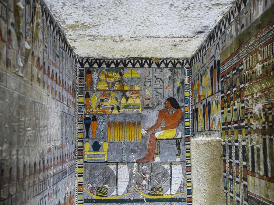 """Una vista all'interno della tomba appena scoperta dell'antico nobile egiziano """"Khewi"""" risalente alla V dinastia (2494-2345 aC), nella necropoli di Saqqara, a circa 35 chilometri a sud di la capitale Il Cairo. (Photo by Mohamed el-Shahed / AFP)"""