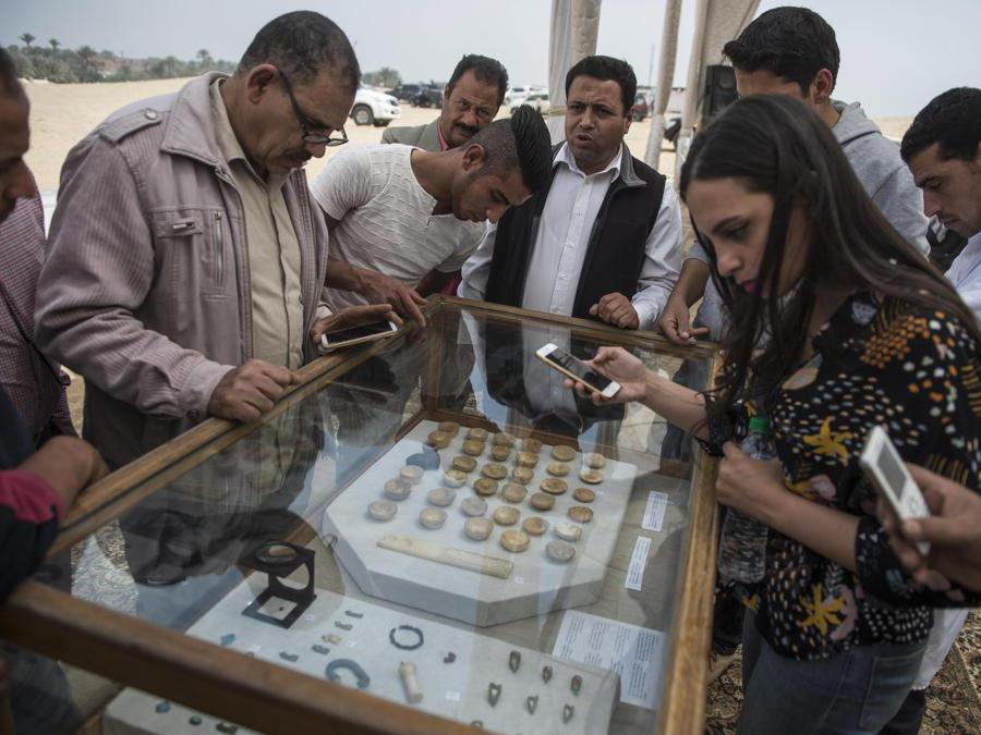 Set di vasi in miniatura e calcite e pietre scure, trovati nella camera funeraria di Khuwy. EPA/Mohamed Hossam
