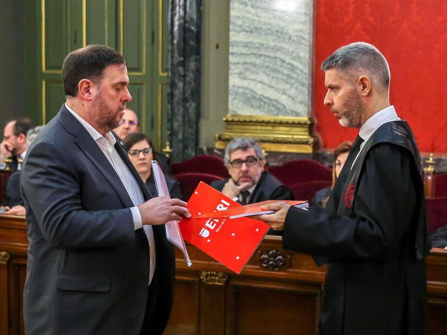 Oriol Junqueras  (sx) con il suo avvocato Andreu Van Den Eynde (Afp)