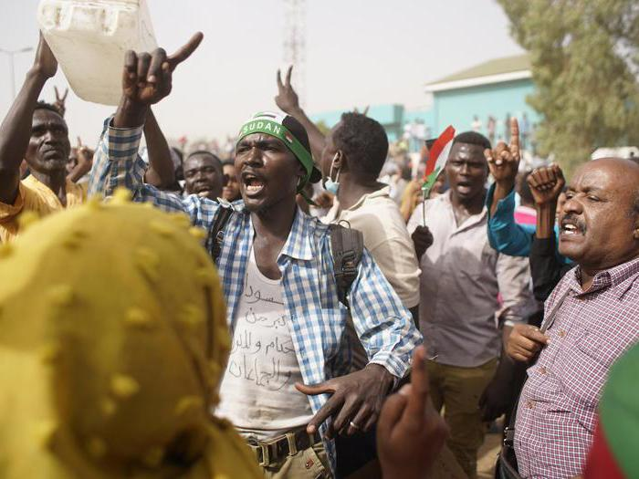 Sudan, manifestanti in festa per la caduta del presidente Bashir