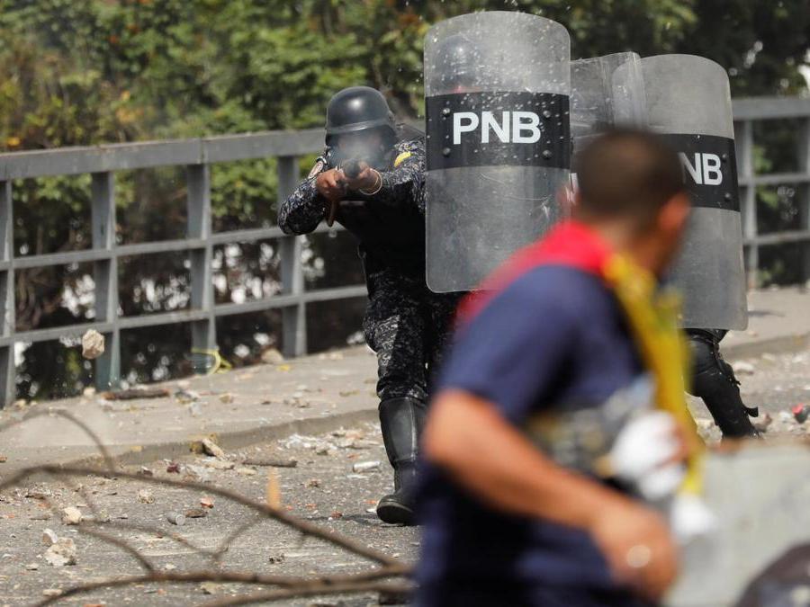 Un poliziotto spara proiettili di gomma contro un manifestante (REUTERS/Manaure Quintero)