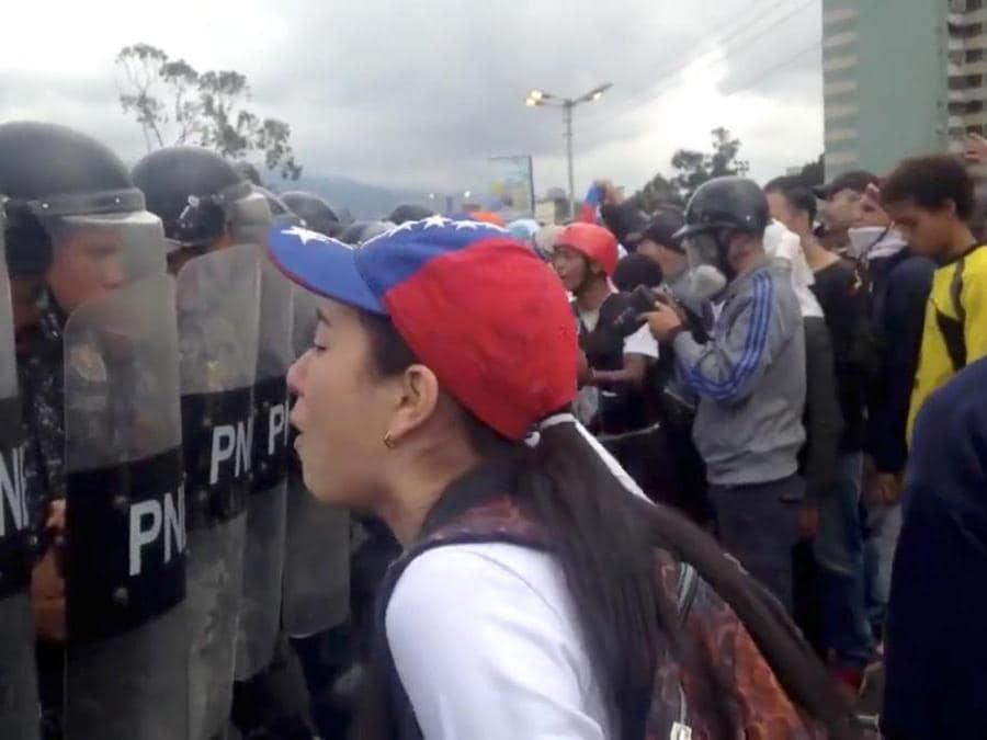 La protesta dei manifestanti anti-MAduro (REUTERS)