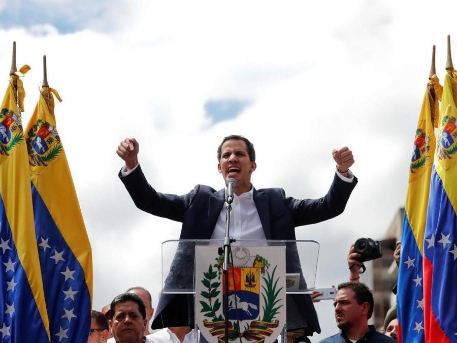 Juan Guaido parla alla folla (REUTERS/Carlos Garcia Rawlins)
