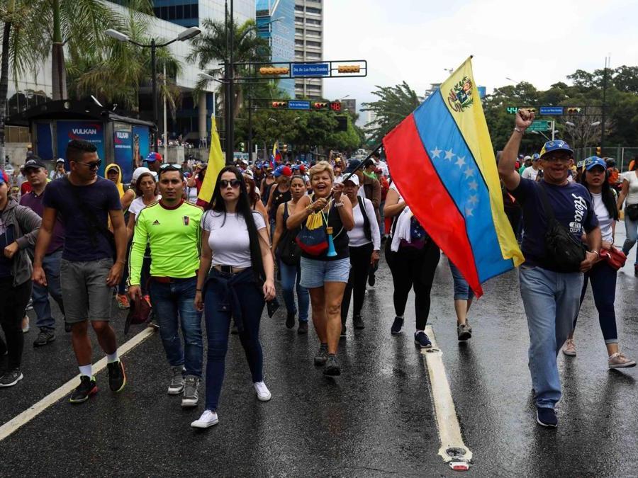 Manifestanti anti-Maduro sfilano per le strade di Caracas (EPA/Cristian Hernandez)
