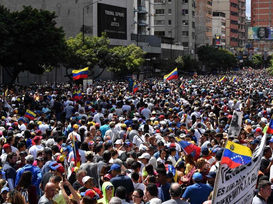 Manifestanti anti-Maduro sfilano per le strade di Caracas (Photo by Yuri CORTEZ / AFP)