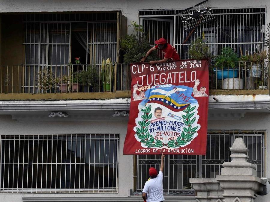 Venezuelani pro-Maduro (Photo by Luis ROBAYO / AFP)