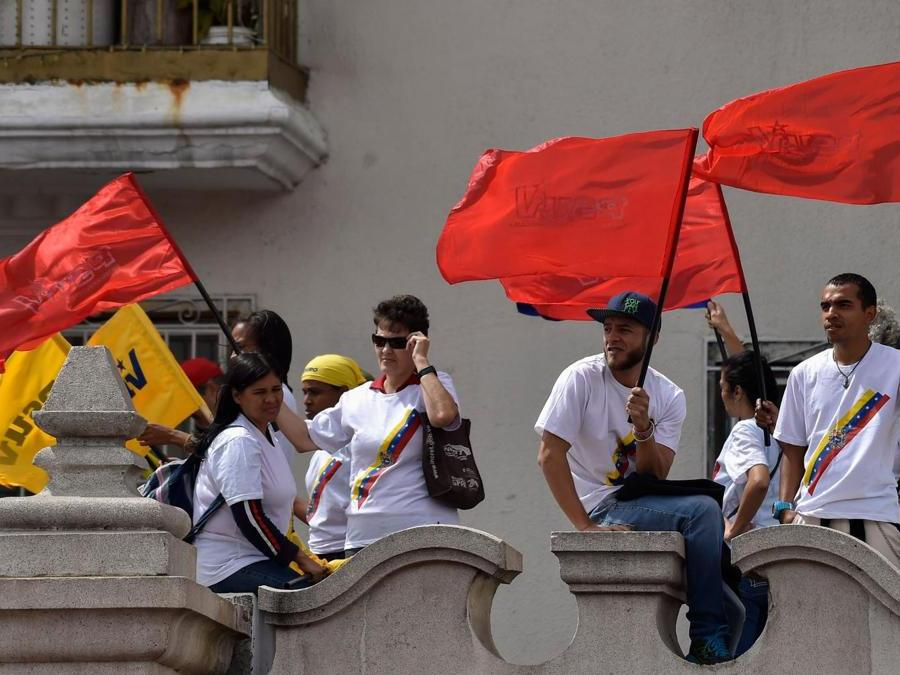 Supporters di Maduro (Photo by Luis ROBAYO / AFP)