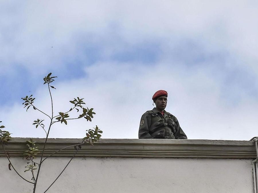 Un membro delle forze di sicurezza venezuelane (Photo by Luis ROBAYO / AFP)