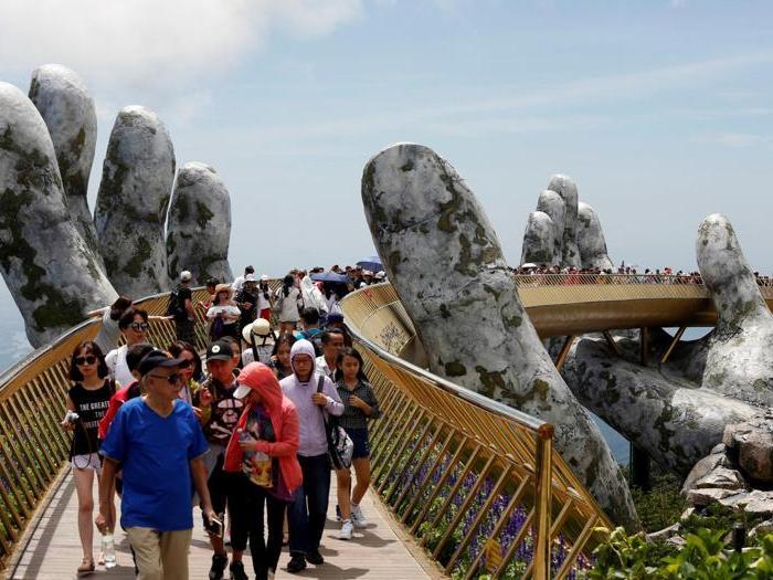 Vietnam, il ponte sostenuto dalle mani