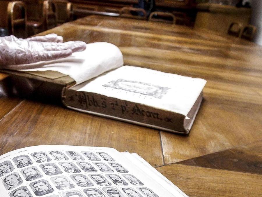 Uno dei volumi della biblioteca (ANSA/GIUSEPPE LAMI)