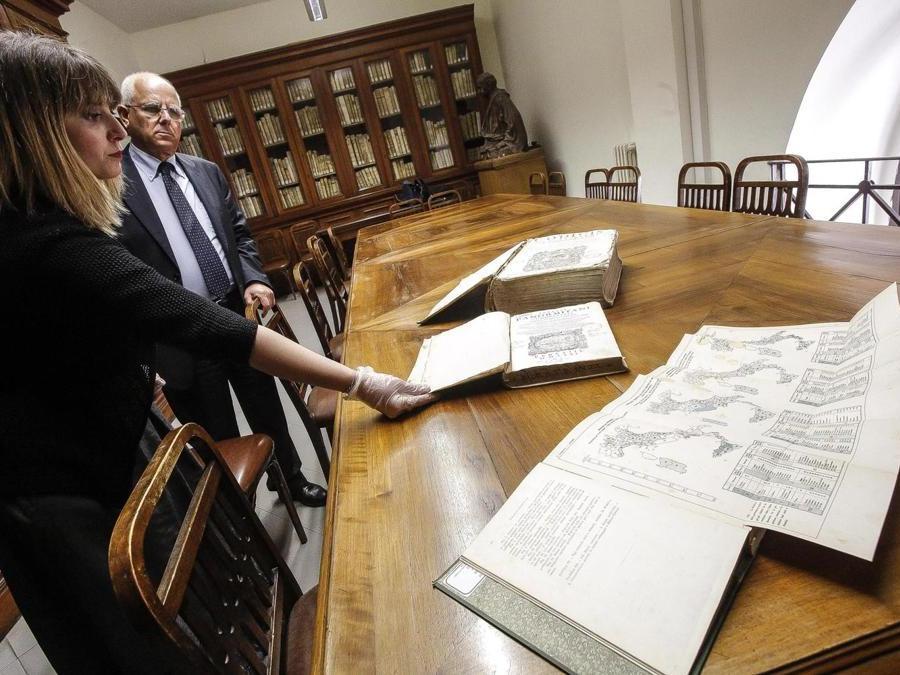 Alcuni volumi della biblioteca (ANSA/GIUSEPPE LAMI)
