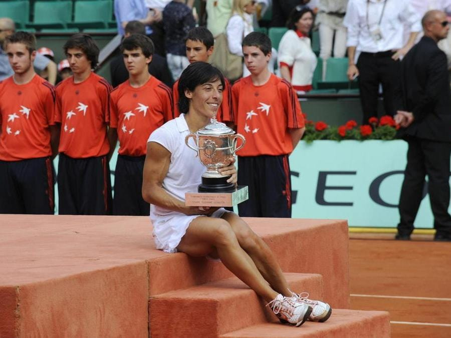 TENNIS. FRANCESCA SCHIAVONE. La tennista milanese, all'età di 38 anni appende la racchetta al chiodo. Vincitrice del Roland Garros nel 2010 (foto Afp), è stata la prima donna italiana (la terza in assoluto dopo Nicola Pietrangeli e Adriano Panatta) ad aver vinto un torneo del Grande Slam. In carriera ha vinto, 8 tornei WTA in singolare e 7 in doppio. Con la nazionale italiana ha conquistato per tre volte la Fed Cup (l'equivalente della Coppa Davis maschile) nel 2006, nel 2009 e nel 2010.