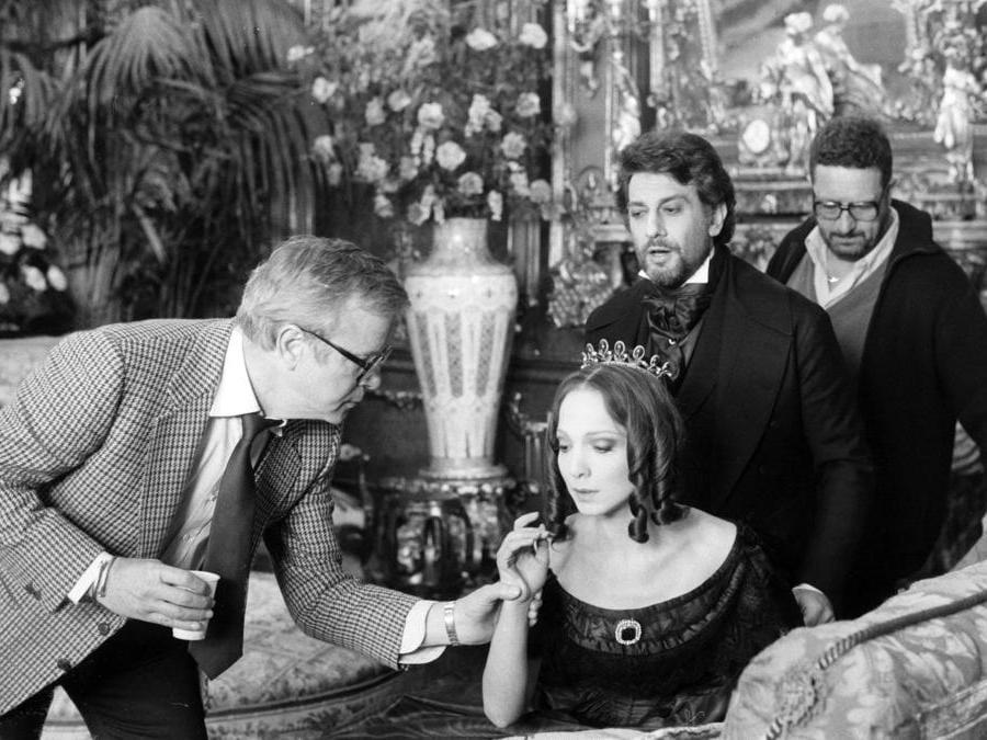 Franco Zeffirelli sul set del film «La Traviata » del 1983  con Teresa Stratas Placido Domingo (Afp)