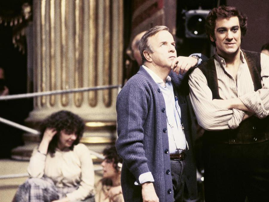 Franco Zeffirelli e il tenore spagnolo ,Placido Domingo sul set del film «Cavalleria Rusticana» al Teatro alla Scala. Milano 1981  (Afp)