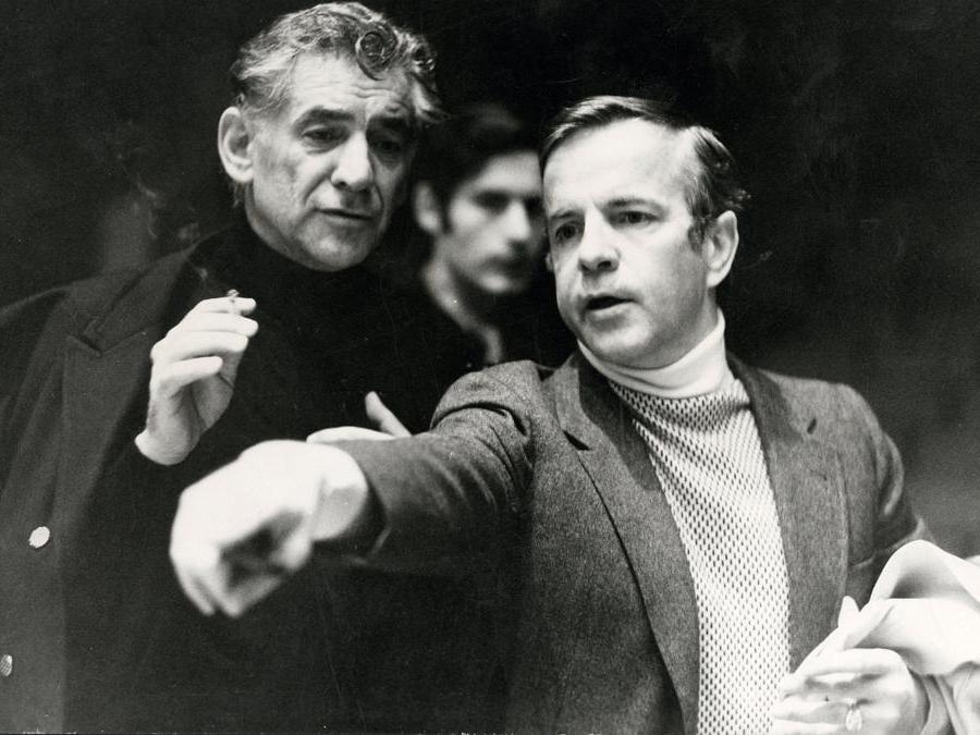Il compositore d'orchestra americano Leonard Bernstein  e Franco Zeffirelli  a Roma nel  1970 (Afp)