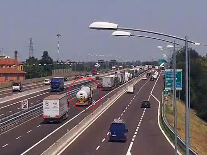 Bologna, camion in fiamme provoca incendio in tangenziale, diversi feriti. Crollato un ponte