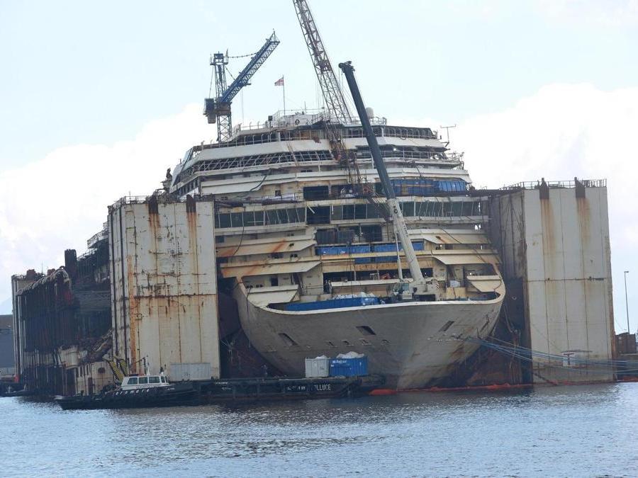 La Concordia nel porto di Genova durante lo smantellamento nel Giugno 2015. ANSA/LUCA ZENNARO