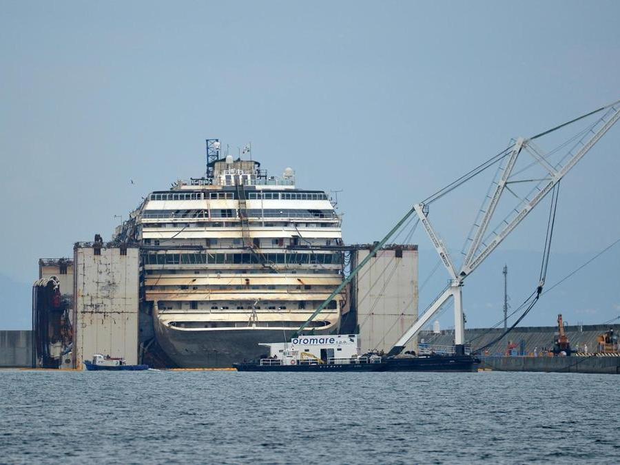 Il relitto della Concordia ormeggiato a Voltri. ANSA/LUCA ZENNARO