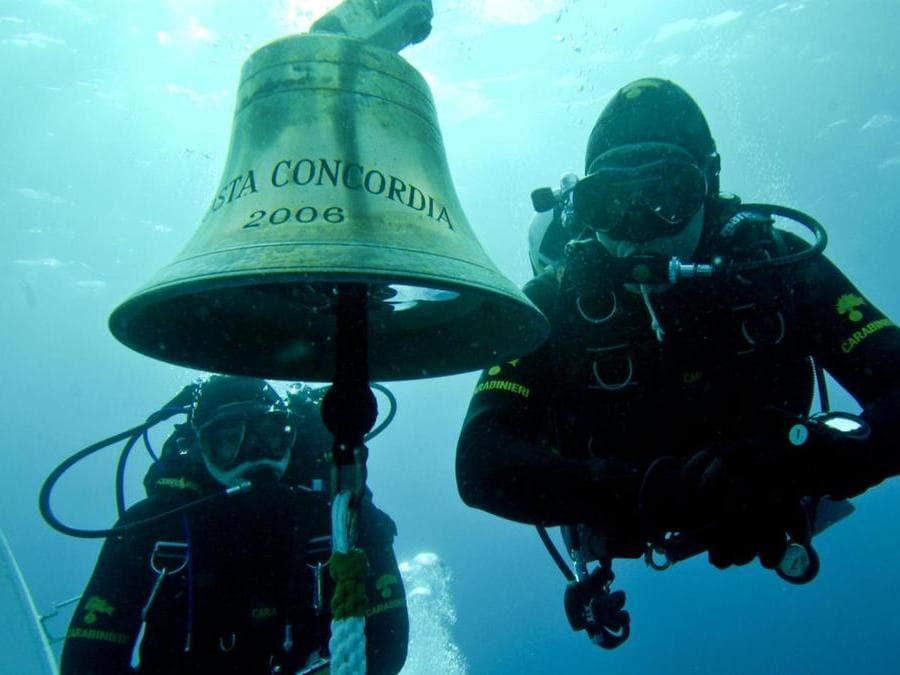 I sub dei carabinieri in acqua recuperano la campana della Costa Concordia il 19 gennaio 2012. ANSA