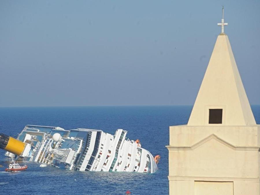 La Costa Concordia semiaffondata davanti all'isola del Giglio, Grosseto, 14 gennaio 2012. ANSA/MAURIZIO DEGL'INNOCENTI