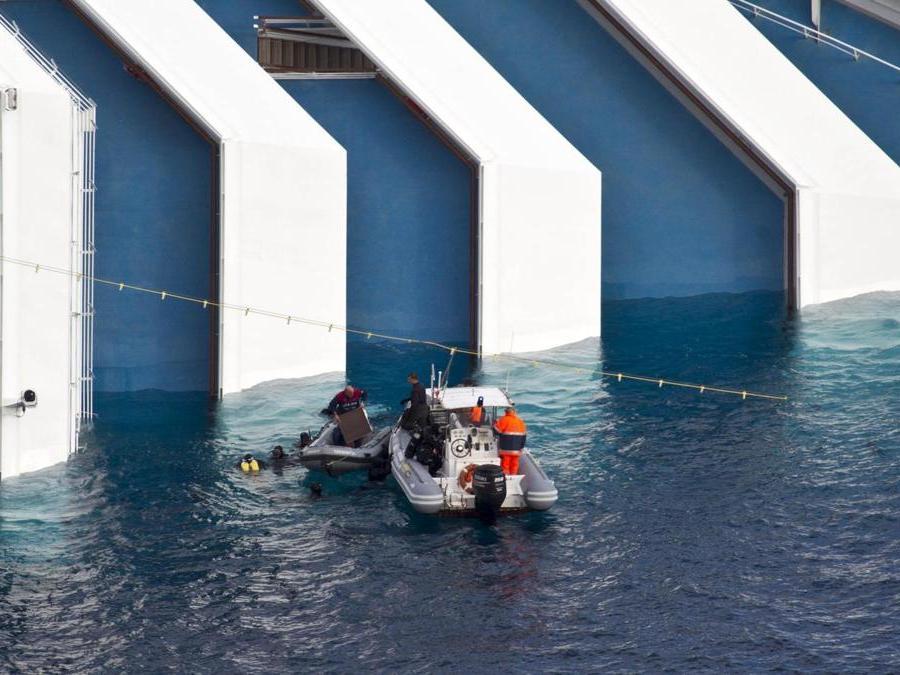 Le operazione di soccorso riprendono sulla nave Costa Concordia il 17 gennaio 2012 a l'isola del Giglio Grosseto. ANSA/MASSIMO PERCOSSI
