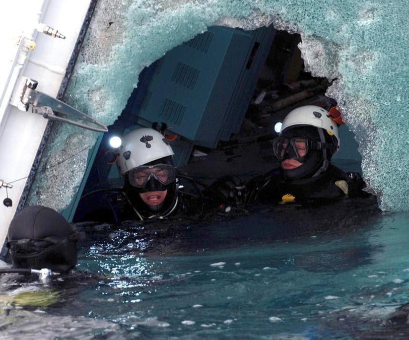 I sommozzatori del Gruppo Carabinieri Subacquei al lavoro sulla nave da crociera Costa Concordia, arenata nei pressi dell'Isola del Giglio. ANSA
