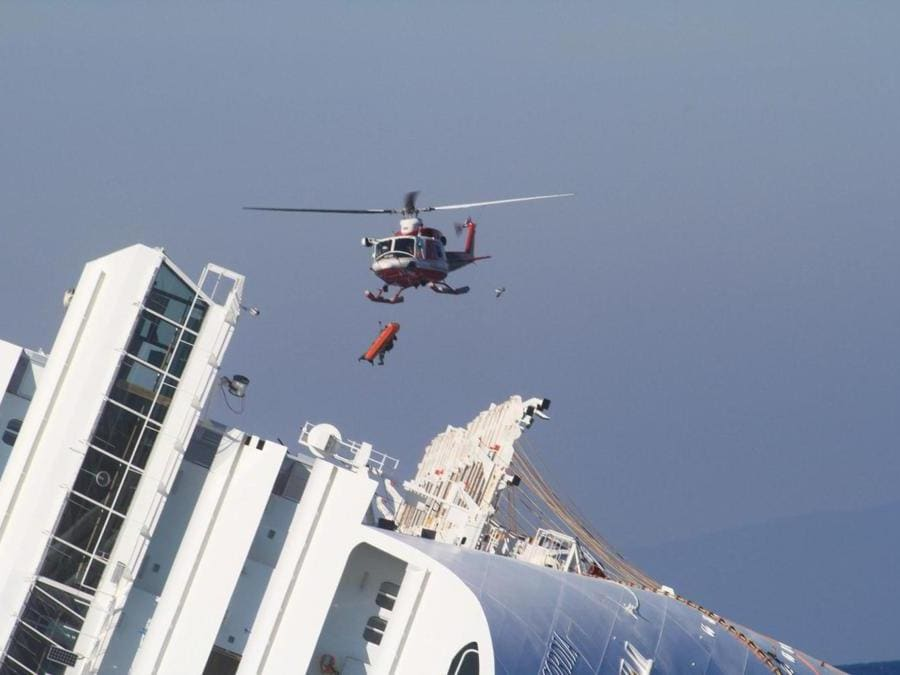 Il recupero del corpo di una vittima della Costa Concordia, all'Isola del Giglio (Grosseto), il 23 febbraio 2012. ANSA / ENZO RUSSO